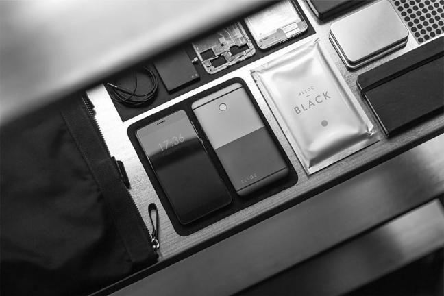 Minimalistyczny telefon z monochromatycznym wyświetlaczem