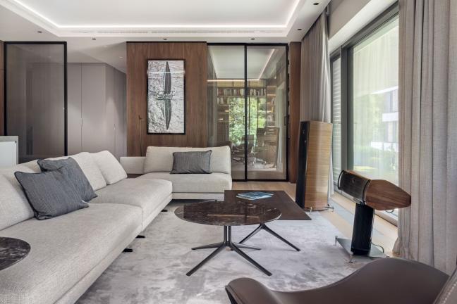 Ciepły minimalizm w warszawskim apartamencie