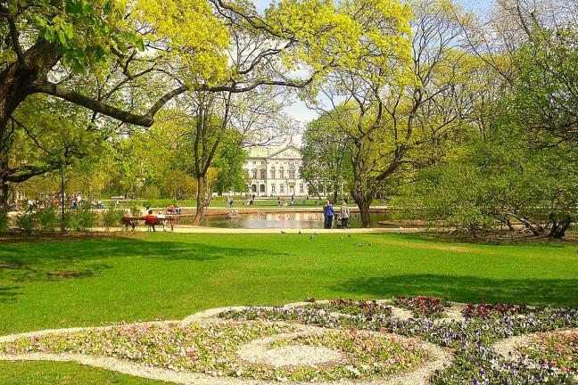 Ogród Krasińskich w Warszawie z widokiem na pałac — gdzie piknikować w stolicy?