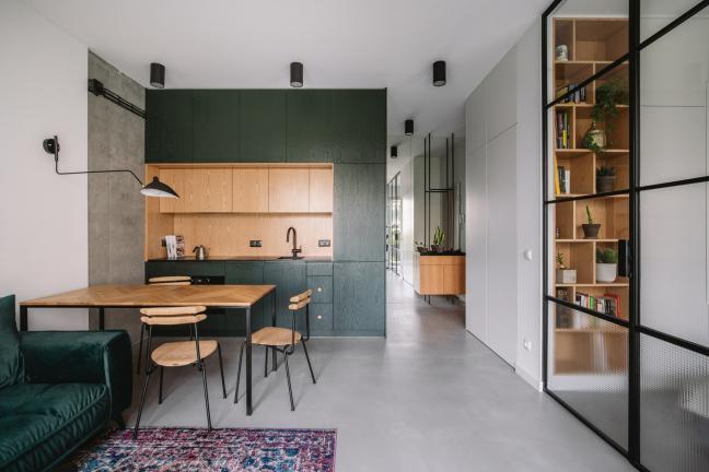 Salon i kuchnia z zielonym kubikiem