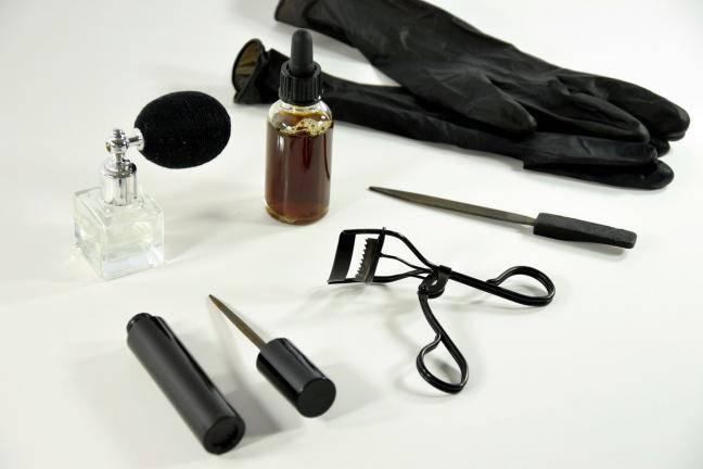Dyskretny zestaw narzędzi przeznaczonych do cichej zemsty na obiekcie
