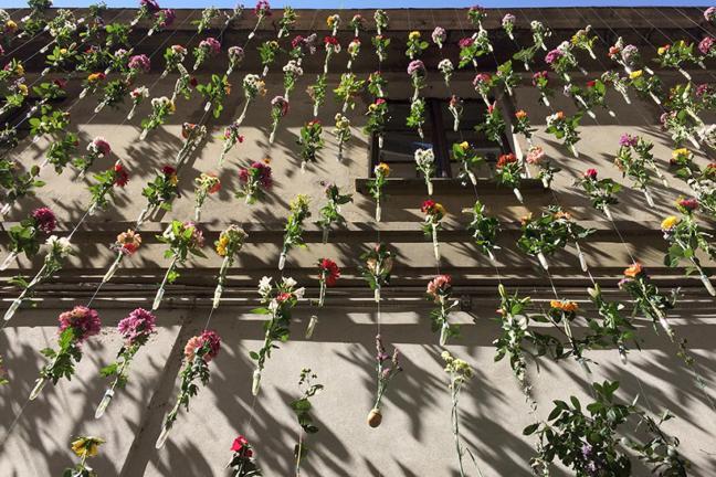 Fasada pełna kwiatów
