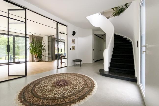 Gra w domino, czyli czarno-białe wnętrze domu w Belgii