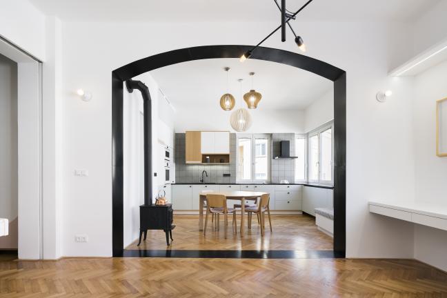 Mieszkanie z czarnym portalem
