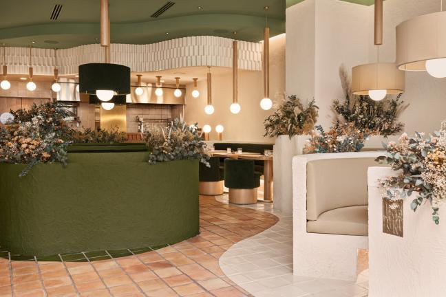 Widok na bar i stoly w restauracji