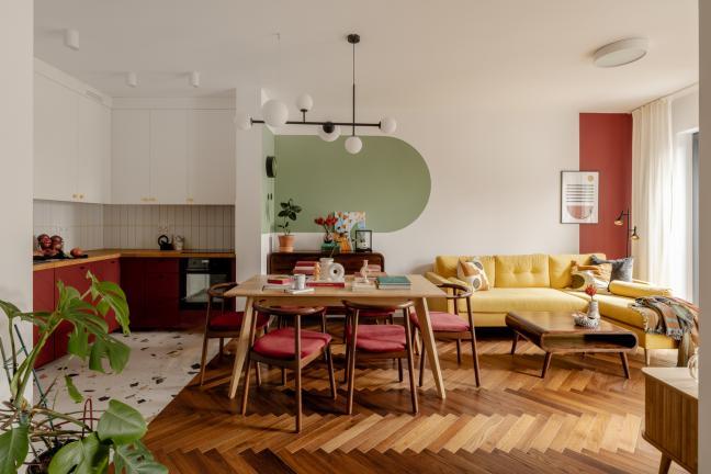 Kolorowy salon z otwartą kuchnią