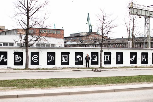 Zewnętrzna galeria typografii na Stoczni Gdańskiej
