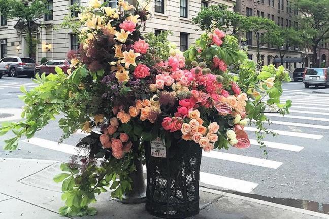 Śmietniki pełne kwiatów