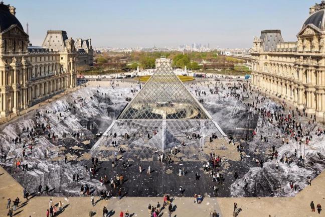 Niezwykła instalacja w Luwrze