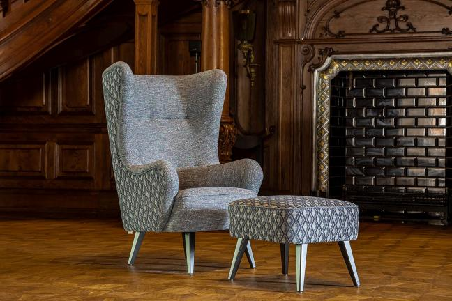 Szary fotel stajacy w salonie w stylu klasycznym