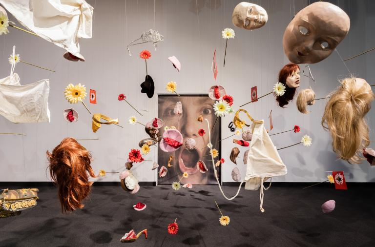 Instalacja z rzeczy osobistych Katarzyny Kozyry na wystawie w Warszawie