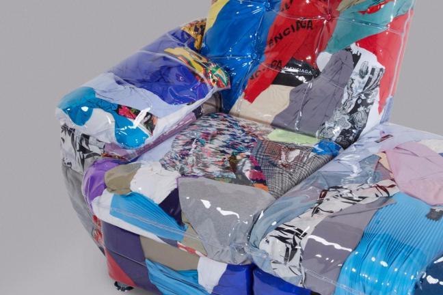 Kontrowersyjna sofa od Balenciagi
