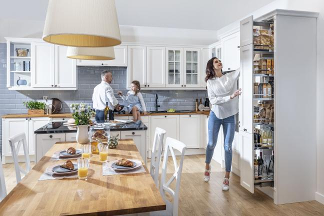 Mężczyzna, kobieta i dziecko przebywający w kuchni