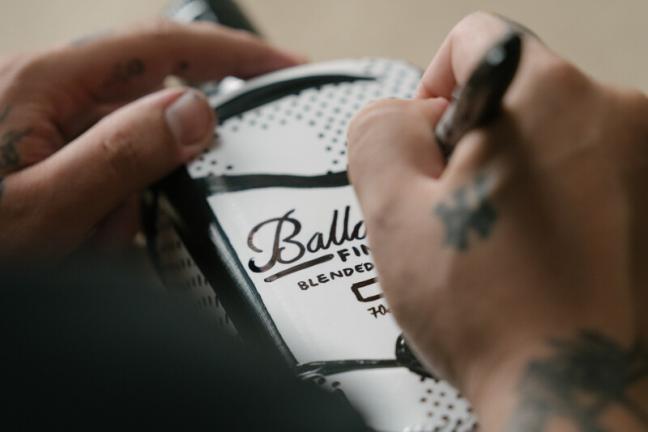 Joshua Vides reinterpretuje kultową butelkę Ballantine's