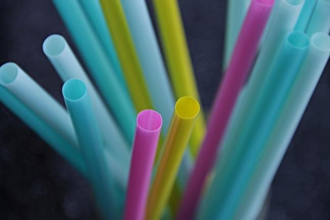 Unia Europejska zamierza wprowadzić zakaz korzystania z plastikowych słomek i naczyń