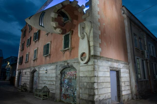 Odpadająca fasada w Mediolanie