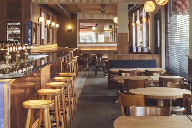 Wnętrze kawiarnio-baru w Amsterdamie w dzielnicy De Pijp