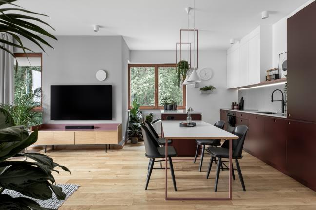 Recepta na piękne mieszkanie? Bordo, biel i rośliny