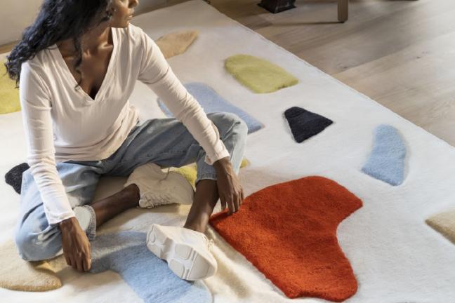 Kobieta siedząca na dywanie