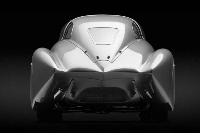 Elektryczny samochód w stylu retro