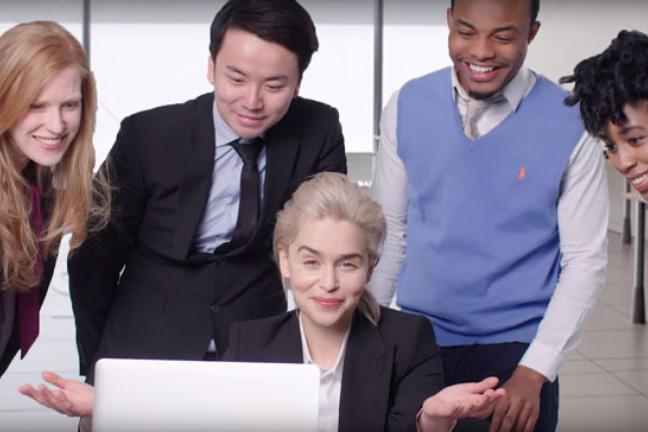 Emilia Clarke odtwarza zdjęcia ze stocka